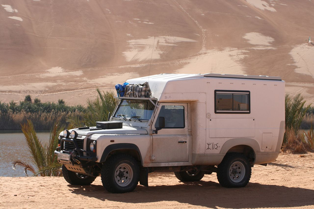 "Un ""porteur"" Land-Rover Defender simple cabine"